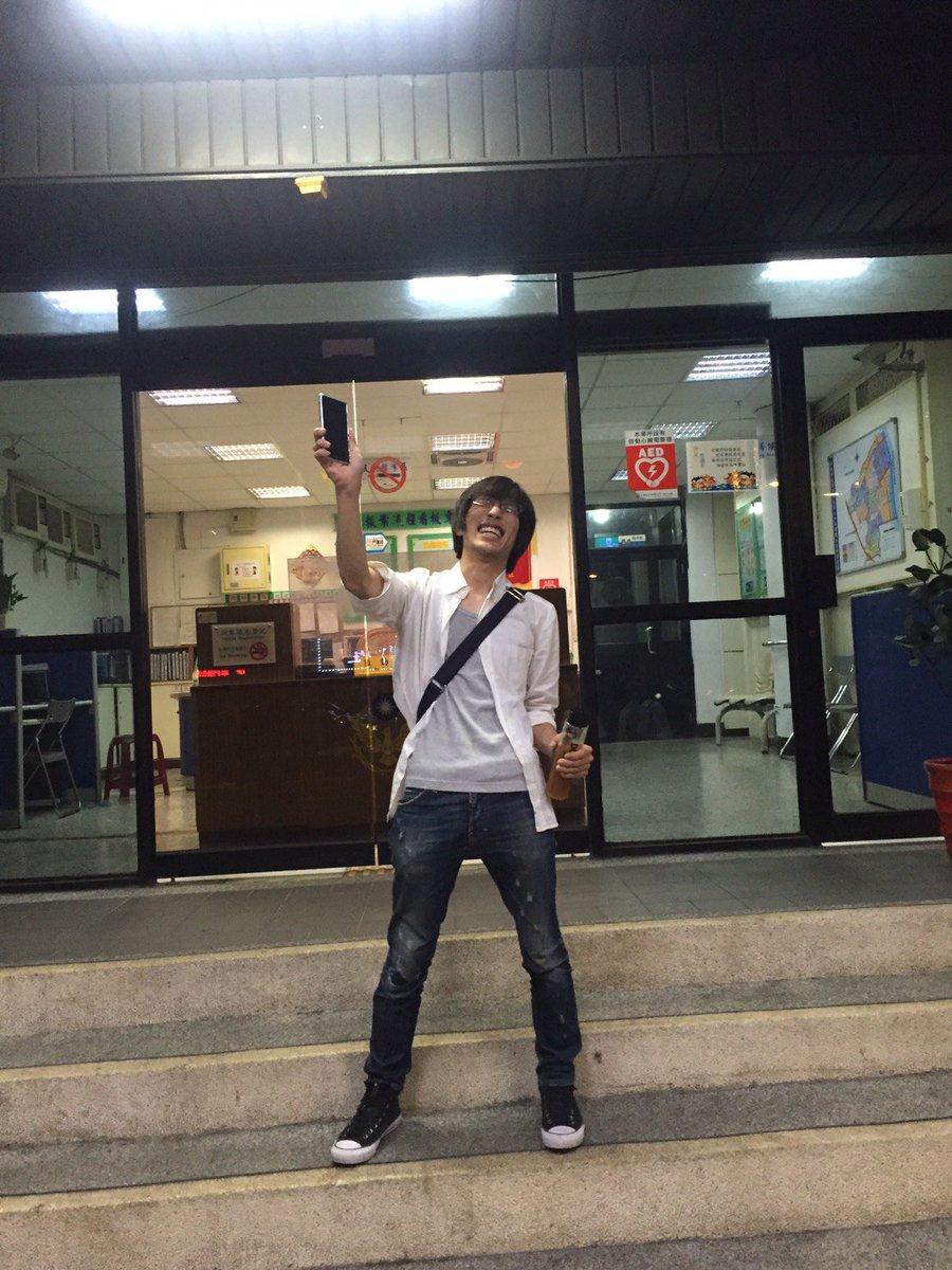 親切過ぎる台湾人の方がわざわざ俺の携帯の中にあるLINEグループに書き込んでくれて、警察に届けられていた事が発覚するという神展開。優勝もしたし、二度と会えないと思ってた友(携帯)にも再会できたし、俺、明日死ぬかもしれん。台湾最高! https://t.co/qLUWNms1hd