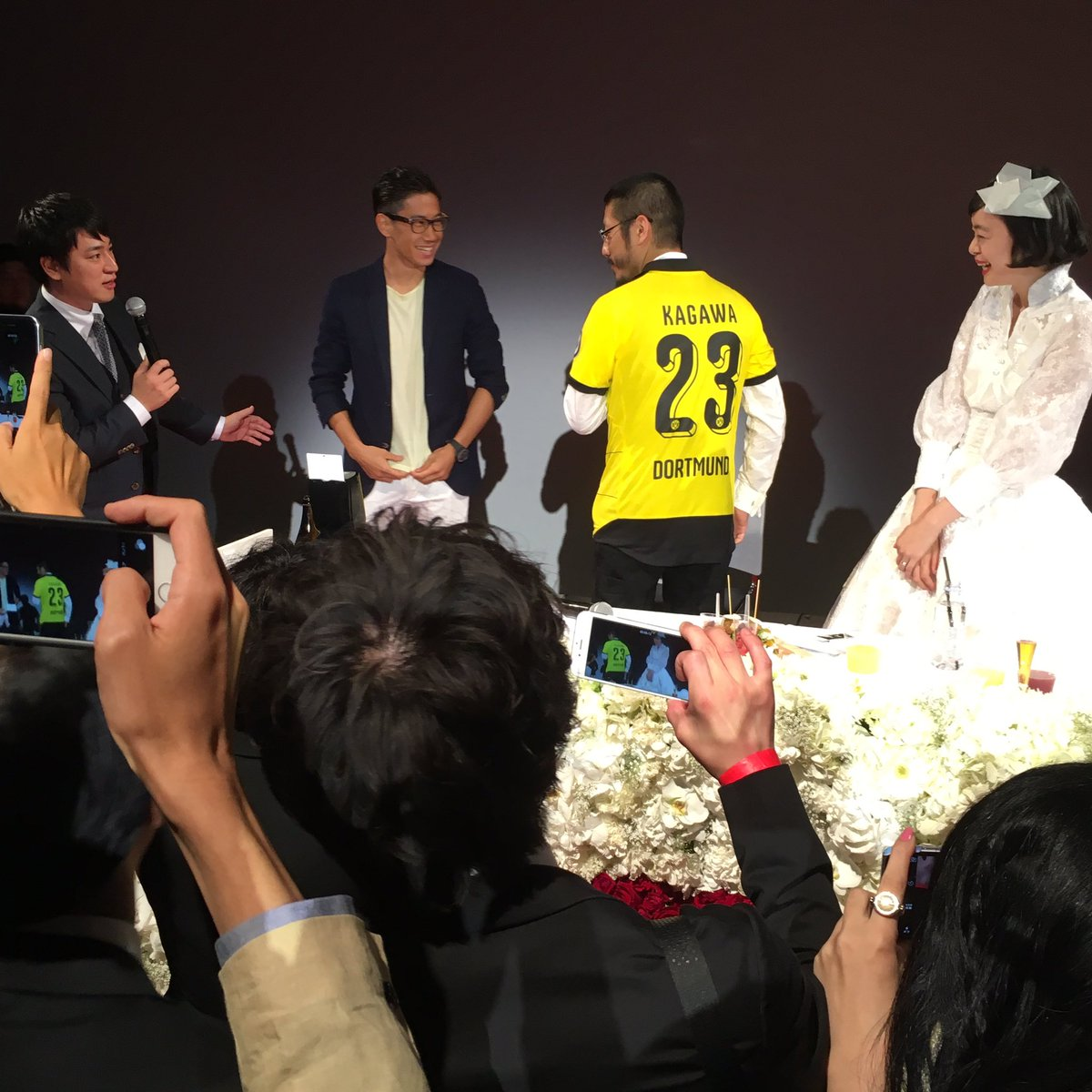 なんとサプライズゲストでドルトムントの香川選手が登場し、盛り上がる会場と森永さん。 #香川真司 #ドルトムント #結婚パーティー #森永邦彦 #anrealage #西村佳乃子 #東京タワー #happywedding https://t.co/IKk99xnx6C