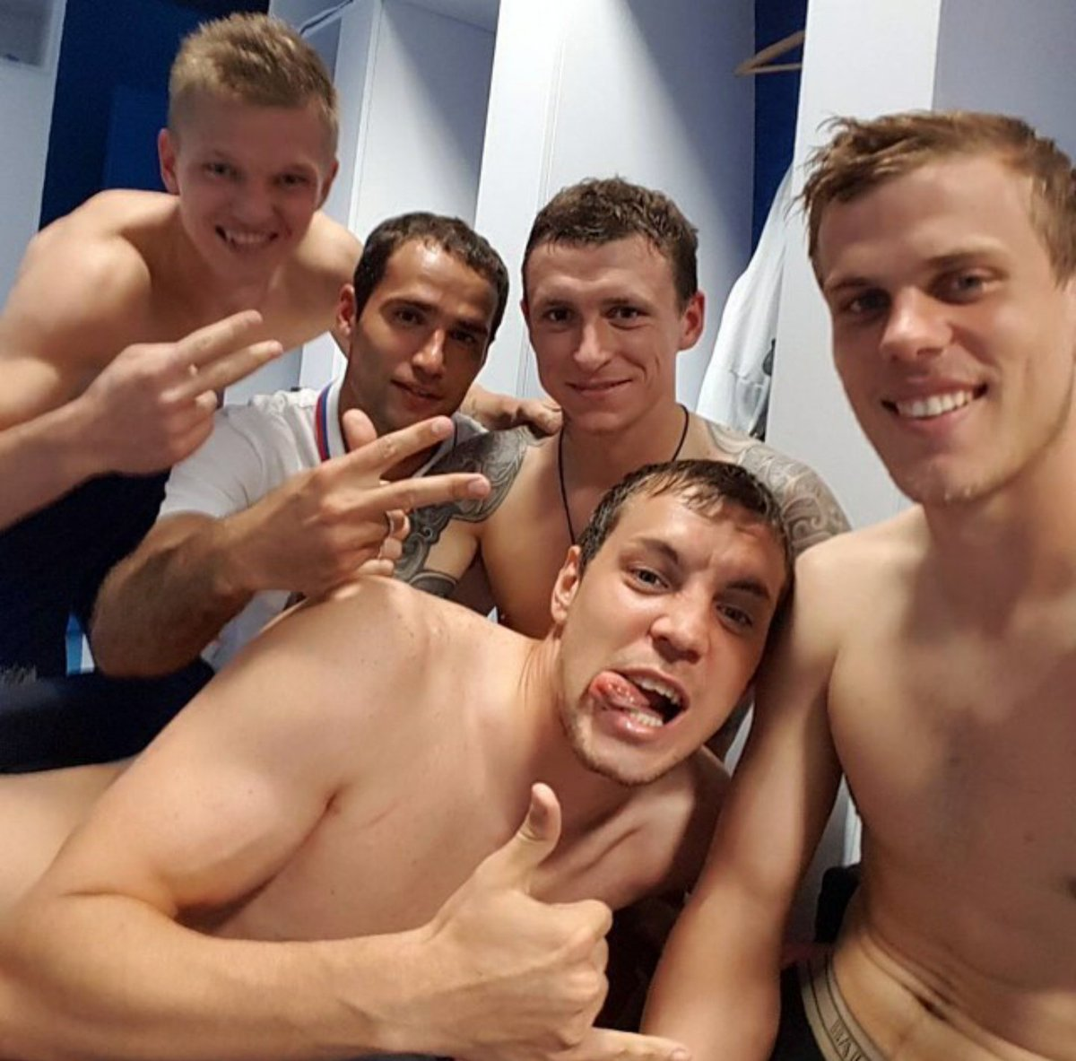 Фото голых футболистов в раздевалке принимаю