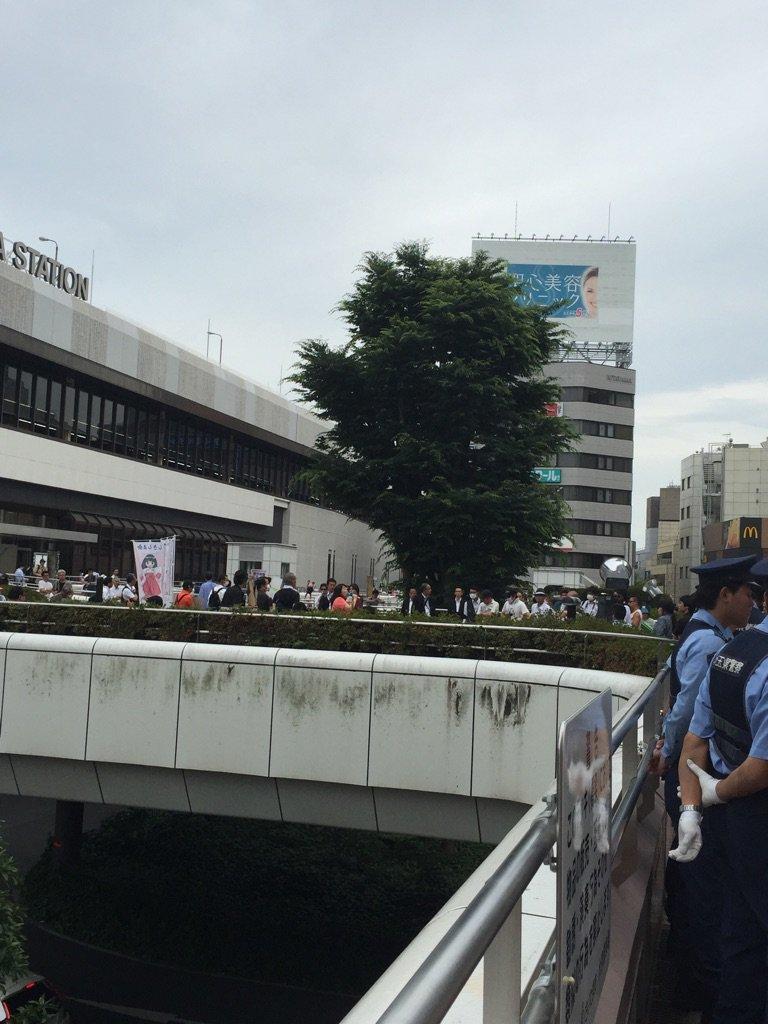 ヘイトスピーチ関係かなコレ@大宮駅西口。互いにスピーチしてますが、そばでは県警の警察官10名くらいがスタンバイ中です。いきなり衝突もありうるので西口を通る時は気をつけてください。というかこの前大宮駅東口でも衝突あったな。 https://t.co/6wiu20tUak