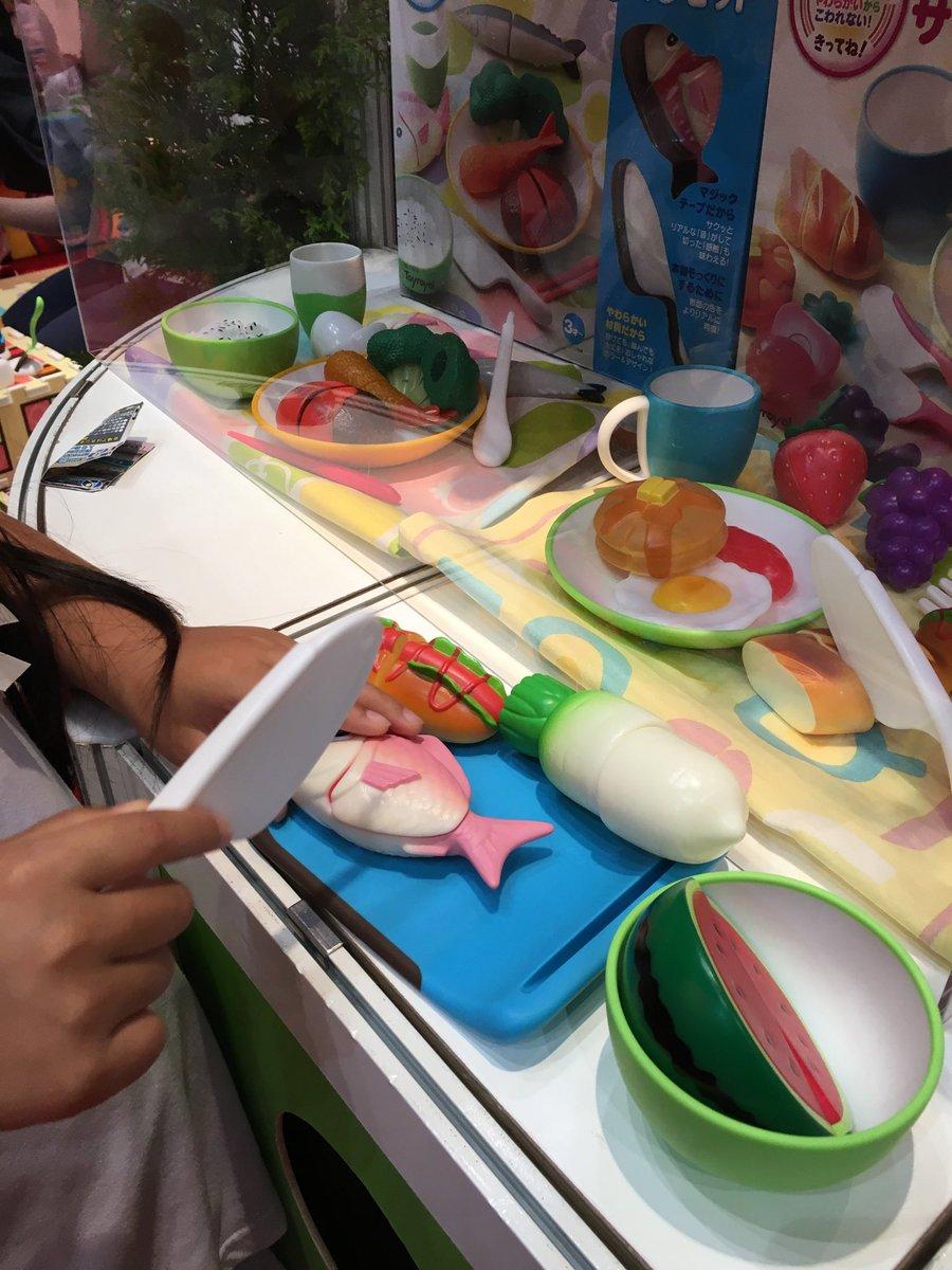 おもちゃショーで、パーティークイーンの体験中。 おしゃれなおままごと製品。 ふつーのものと違って柔らかくて小さくても安心して遊べそう  #東京おもちゃショー2016 #パーティークイーン #トイローヤル https://t.co/kAoWZWl6cs