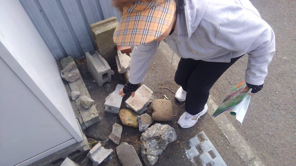 うちの駐車場にブロック投げてってるおばちゃんいた。よさこい民なんなの。やめてねっつったら「なんで?」だって。運営仕事しろ。  #よさこいソーラン #yosakoiソーラン #yosakoiソーラン祭り #yosakoi https://t.co/Sg4zTvchnd