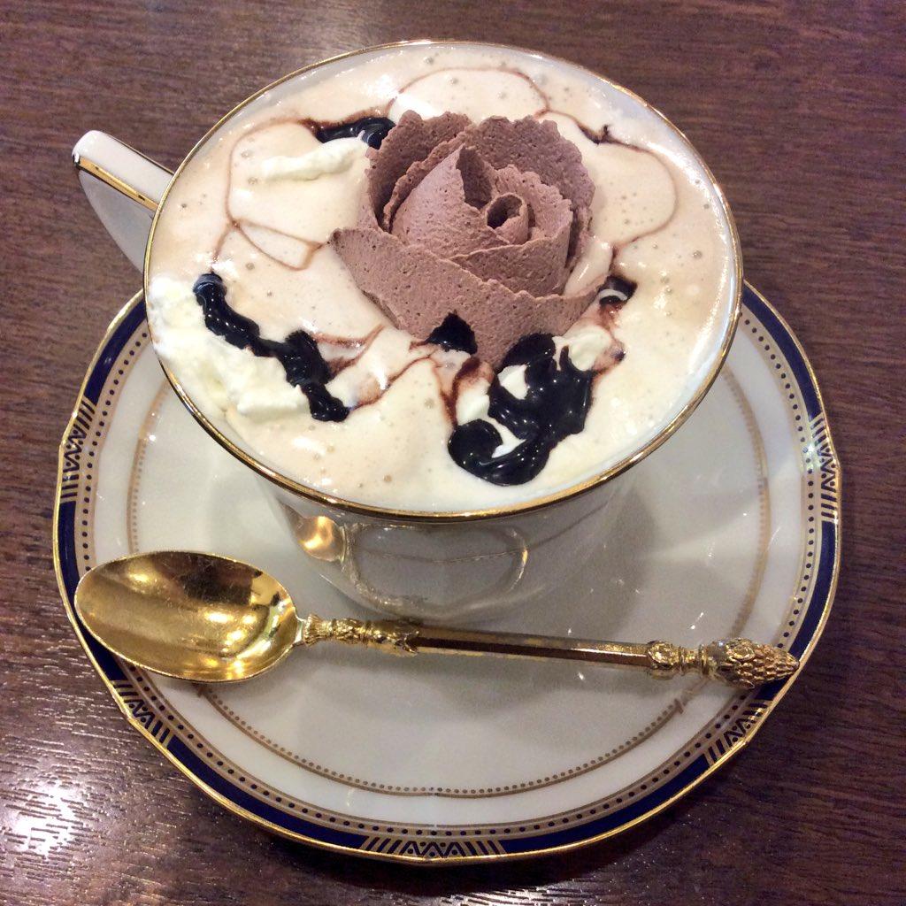 薔薇の咲いたコーヒーを飲むの初めて(((o(*゚▽゚*)o))) pic.twitter.com/UECzFpT9az