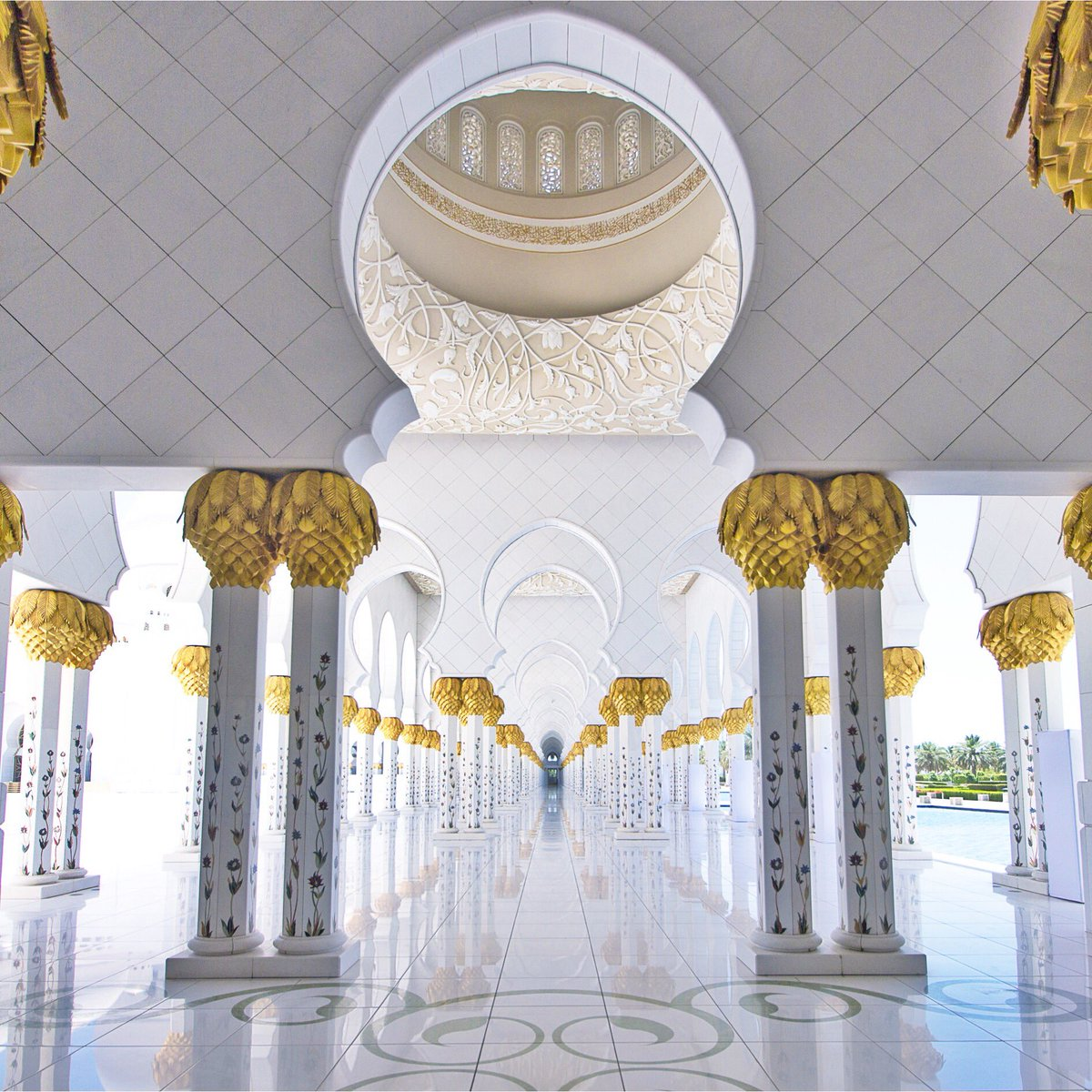 The impressive Sheik Zayed Grand Mosque in Abu Dhabi  #travel #photography #abudhabi https://t.co/9Xduz3r9Vb