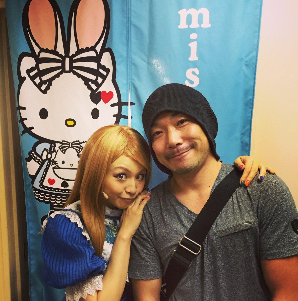 misonoちゃんのアリス素敵でした♪ 楽屋前で記念撮影して頂きましたm(__)m 忙しいのにサービス精神MAXのmisonoちゃん、千秋楽までファイティン!!  #misono #ミュージカル #不思議の国のアリス #ALICE https://t.co/4FraFHUvLV