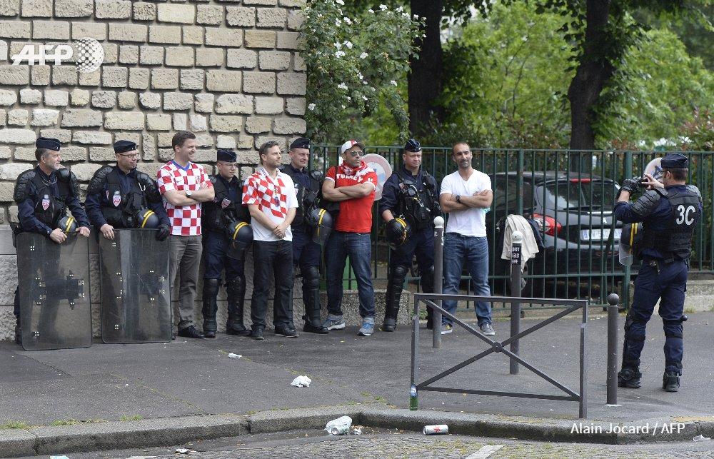 Il y a quand même des moments plus zen dans cet #Euro2016 #AFP [via @AureliaBAILLY] https://t.co/Nldt8Kt86p
