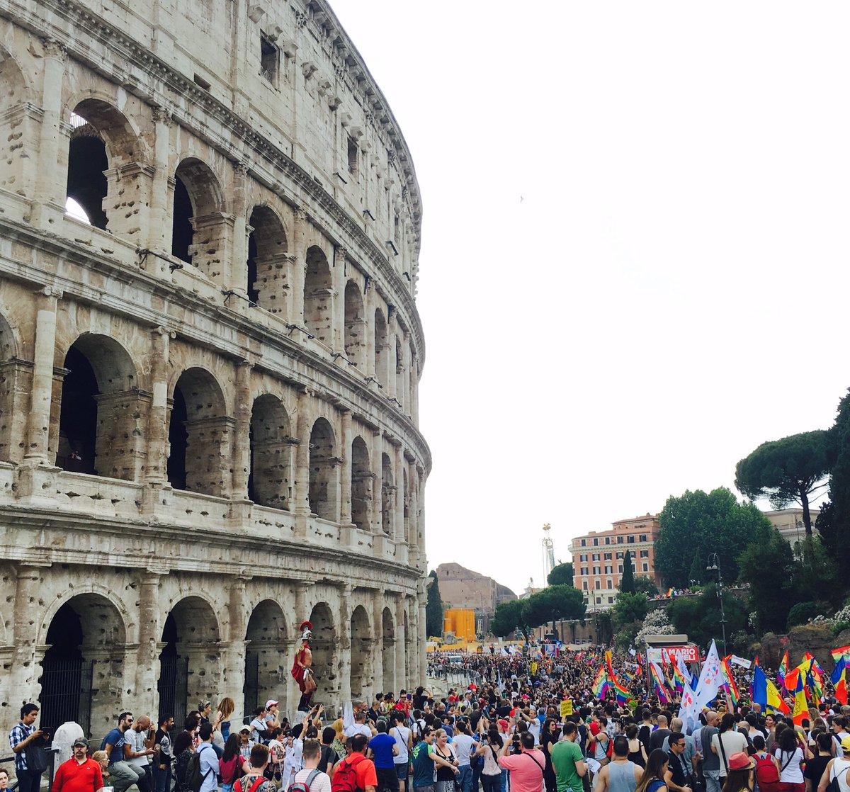Che pride! #RomaPride #pride #loveislove<br>http://pic.twitter.com/G3lWuwPDIS