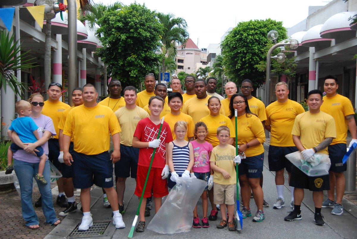 おはようございます。先週末に行われた、米海軍のボランティアによる沖縄市のパークアベニュー通りの清掃の様子をアップします。雨の降るあいにくの天気でしたが、日頃お世話になっている沖縄市へ感謝の意を込めて清掃に取り組みました。 https://t.co/aAVEcs5HrH