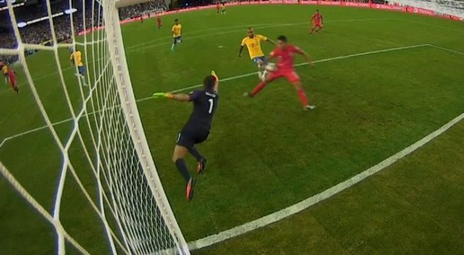 #VIDEO Raúl Ruidíaz y su gol a Brasil con la mano que validaron tras 4 minutos: https://t.co/hqlT5jd2xP https://t.co/dksTupB86X