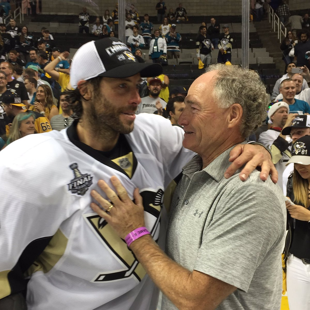 Emotional Matt Cullen greeting his dad and three sons https://t.co/J3UiQP0aSd
