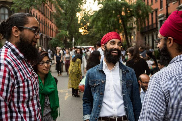 Hundreds of Muslims, Jews, Christians, Sikhs, gathered at a single long table in New York City last night for Iftar. https://t.co/HlYjVDBvcl