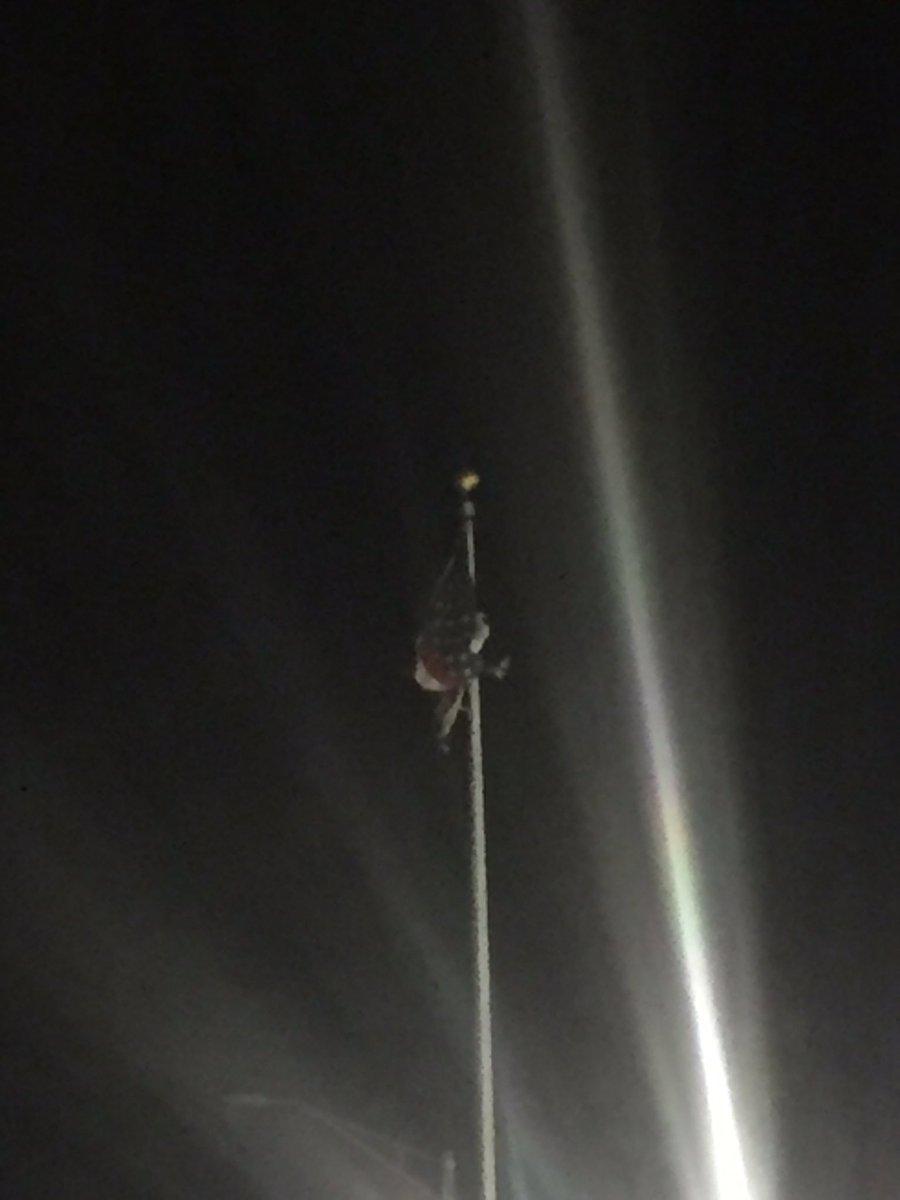 AHORA: Tito Kayak trepado en la asta bajando la bandera de los EEUU de El Capitolio. https://t.co/XxBqlr4IF3