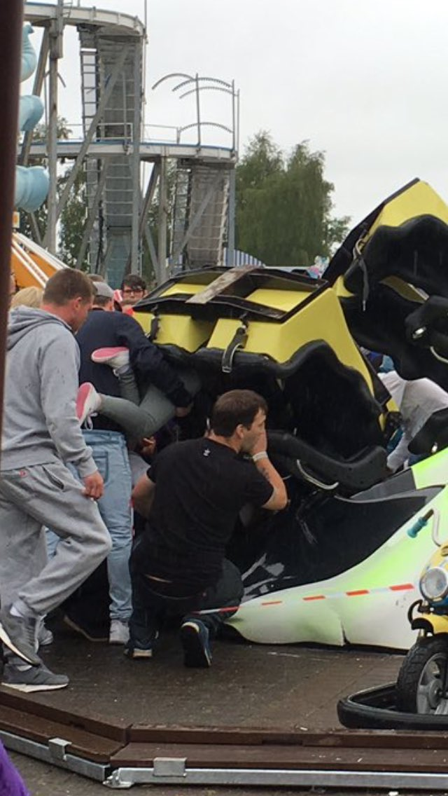 "[Ecosse] Accident sur l'attraction ""Tsunami"" du parc M&Ds Scotland's Cl456pQWIAArVED"
