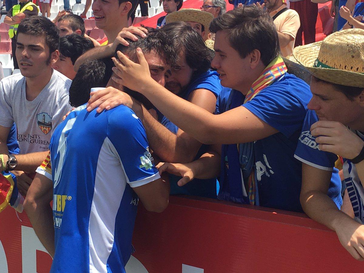 Els jugadors del @Lleida_Esportiu demanen perdó als seus aficionats, que no deixen d'aplaudir-los... #ascens2A https://t.co/4f5gTGbIAw