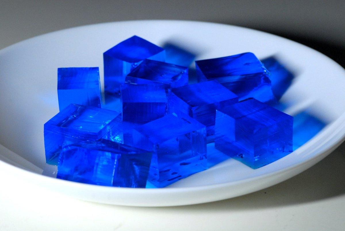 食後のデザートはチェレンコフゼリー。 見た目も涼し気な青色のゼリーです。 このゼリー、名前の通り、光ります。 https://t.co/521tU98dnd