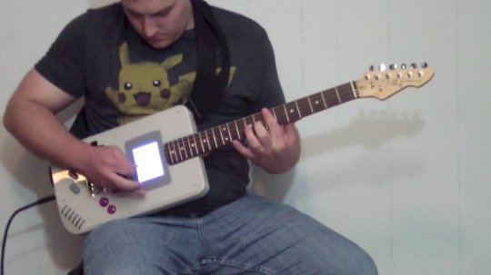 (梅田マルビル店) 海外サイトで面白い楽器を発見したのでご紹介!  ギターとゲームボーイを合体させた通称『ギターボーイ』!!!  ちゃーんとゲームも出来るし、ギターも弾けるようです。WWW 合体させる意味があるのかは分かりませんが… https://t.co/HuJtBperbY