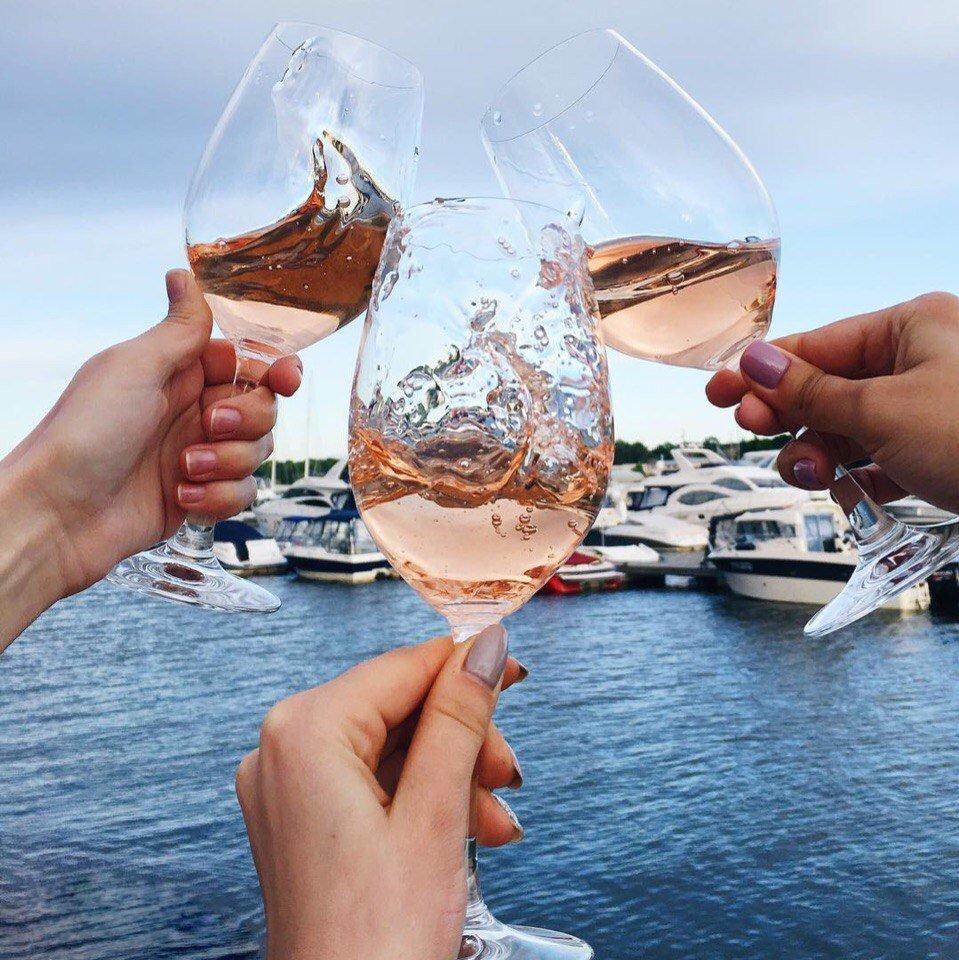 Открытка вербное, картинки берег моря бокал вина девушка