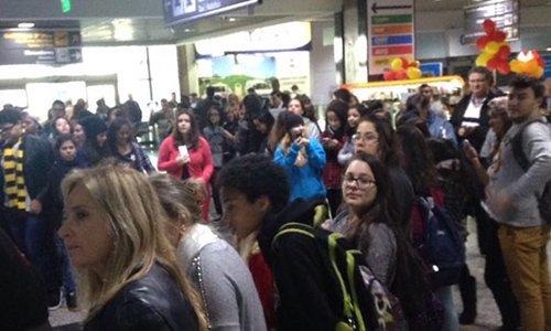 Fãs se aglomeram para receber Fifth Harmony no aeroporto de Porto Alegre #5HnoBrasil https://t.co/EJ1rHpMk3i