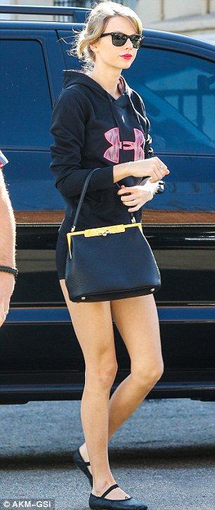 Taylor Swift - Página 3 ClARg6uXEAIL7Jv
