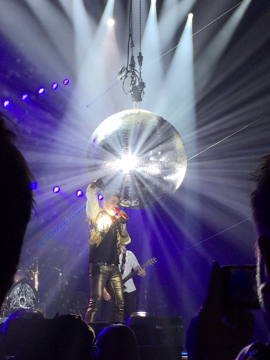 Who wants to live forever. @QueenWillRock and @adamlambert https://t.co/XDEYkVOz1w