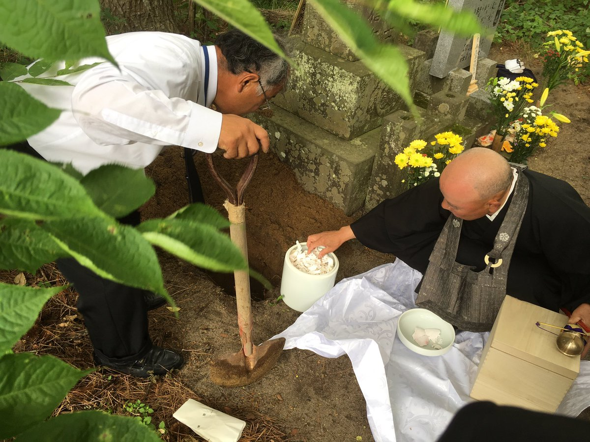 Mr. Hata's family digs hole next to grave and pours his ashes directly into ground. Ashes to ashes, dust to dust. https://t.co/eYJN5wURPX