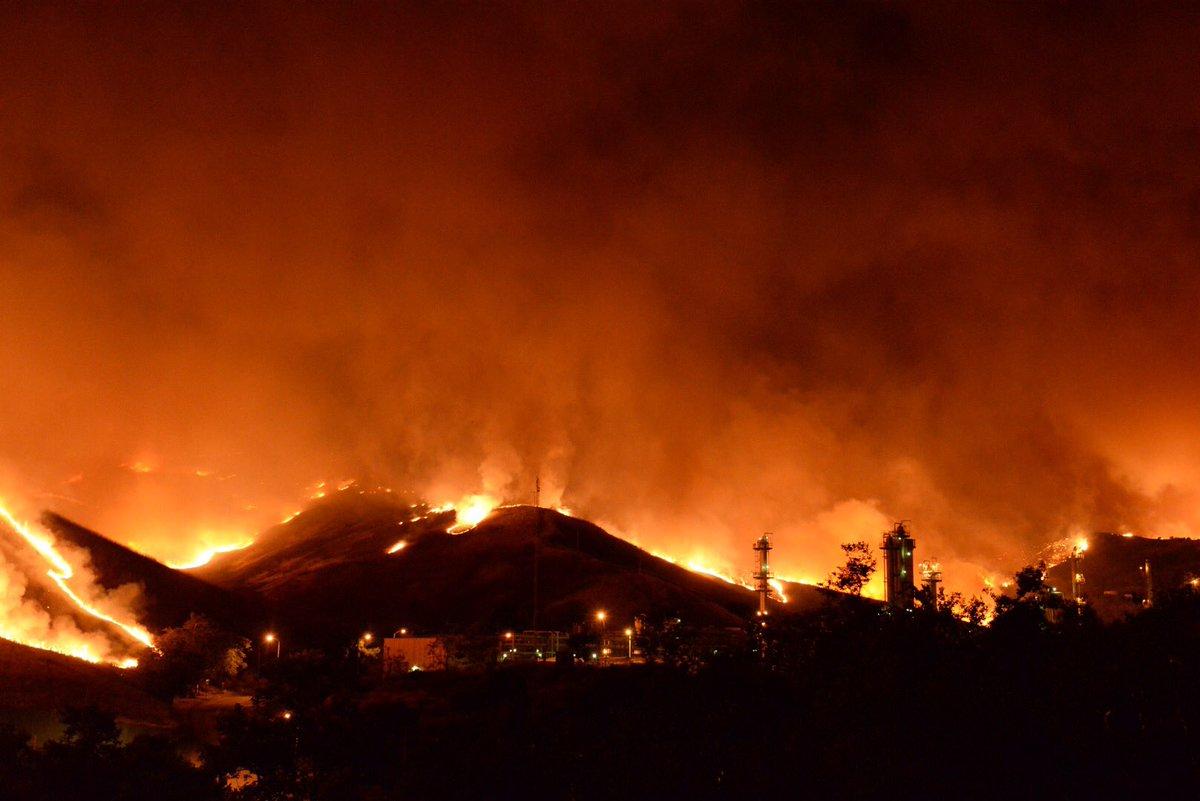 The #SherpaFire in Santa Barbara County has closed Hwy. 101 in both directions. https://t.co/jHQB5uoNL7 https://t.co/3O9gTQnSAH