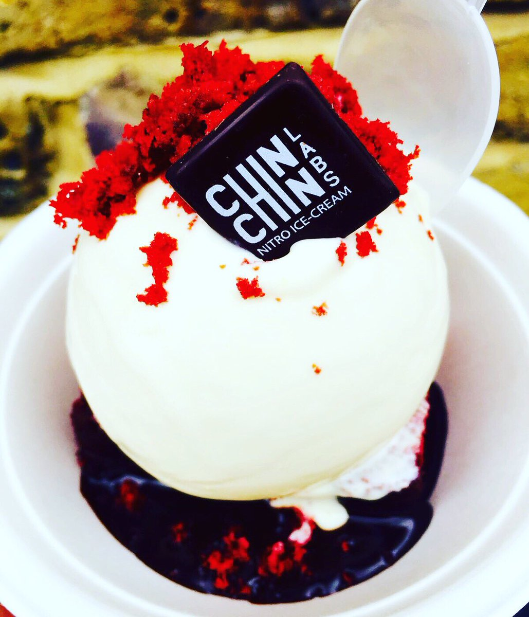 'Red Velvet Sundae' Moist red velvet cake,warm Chocolate sauce &Cream Cheese Frosting ice cream Only @streetfeastldn https://t.co/kFkCuJbGKG
