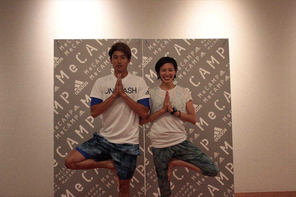 「adidas #MeCAMP」の吉川めい(@maeyoshikawa)さんによるYOGAセッションに内田篤人選手が登場。吉川さんと内田選手のヨガポーズ。ヨガを終えて「すっごく眠いです」と内田選手。 https://t.co/a1VCQd61p7