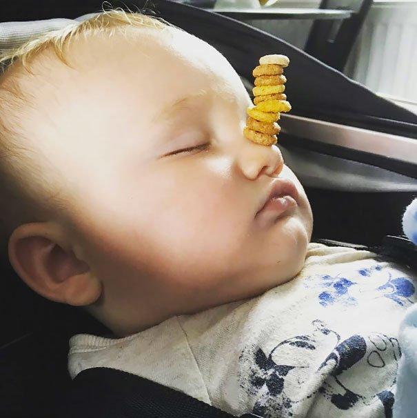 世界の父親の間で、寝ている赤ちゃんの顔にどれだけチュリオス(シリアル)を積むことができるかを競う競技が密かに流行しているらしい。