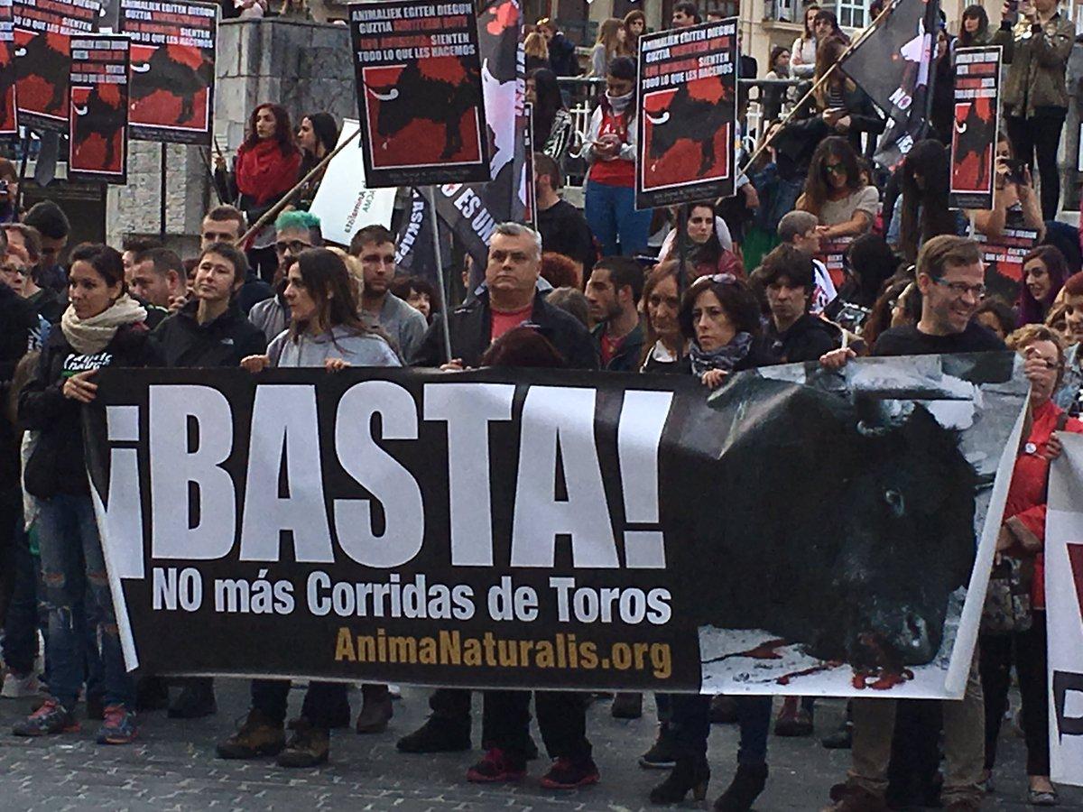 Gran manifestación anti taurina hoy en Bilbao. Con @PartidoPACMA @AnimaNaturalis @Piztiak y muchos más. Un éxito https://t.co/RNkRSQ5XXf