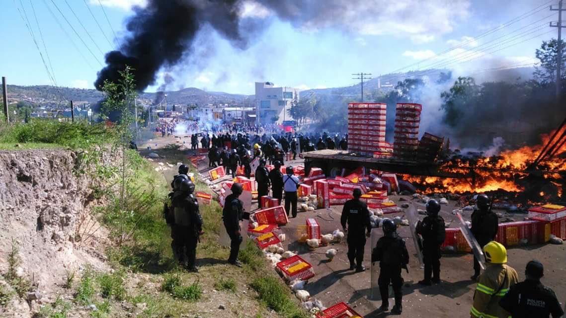 Meksika: Polis CNTE Sendikasının Barikatlarına Saldırdı