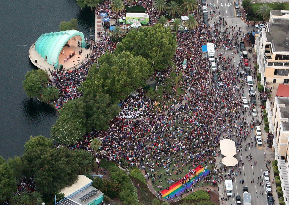 A sea of humanity at Lake Eola vigil in the heart of #Orlando. #orlandounited #pulseshooting #OrlandoStrong https://t.co/GKfyrhjGB4