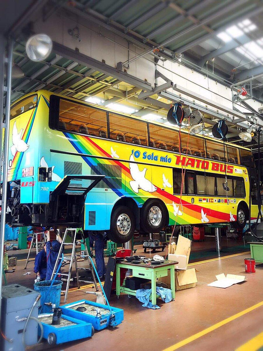 はとバス整備工場をのぞいてきました!バスの整備のため、オープンバスを引き上げています! バスが飛んでるみたいですね(^^)♪ #はとバス #Hatobus #オープンバス
