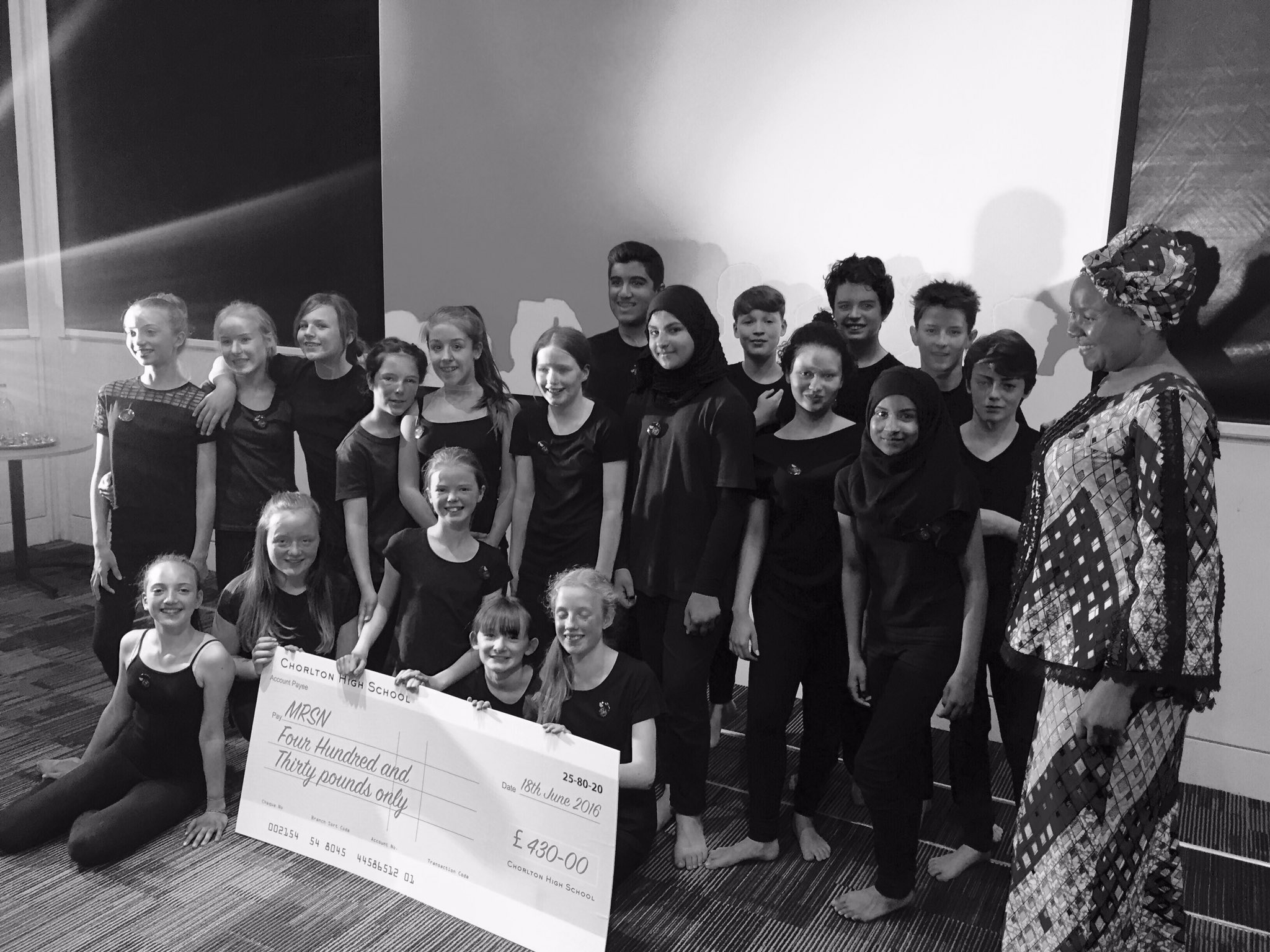 Amazing performance at @mcrartgallery for #refugeeweek. Here's our students presenting a cheque to @mrsnonline #arts https://t.co/4cPCGxOaY3