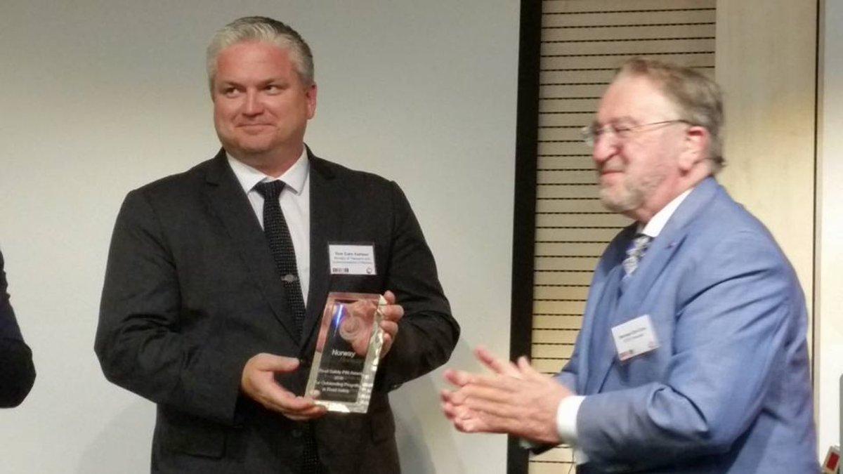 """Best i Europa! @tckarlsen mottar #pin10-pris fra @ETSC_EU på vegne av den norske """"trafikksikkerhet-familien"""". https://t.co/Nvn6Gf0ubY"""
