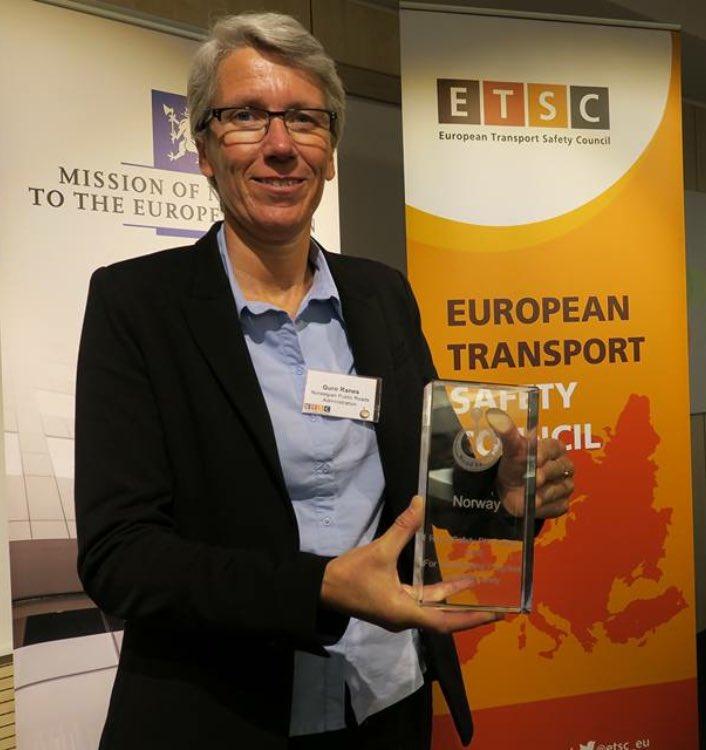 Kledelig! Guro Ranes - vår direktør for #trafikksikkerhet-arbeidet og #Pin10-prisen. @etsc_eu #trygtframsammen https://t.co/nbEk4sFZvJ