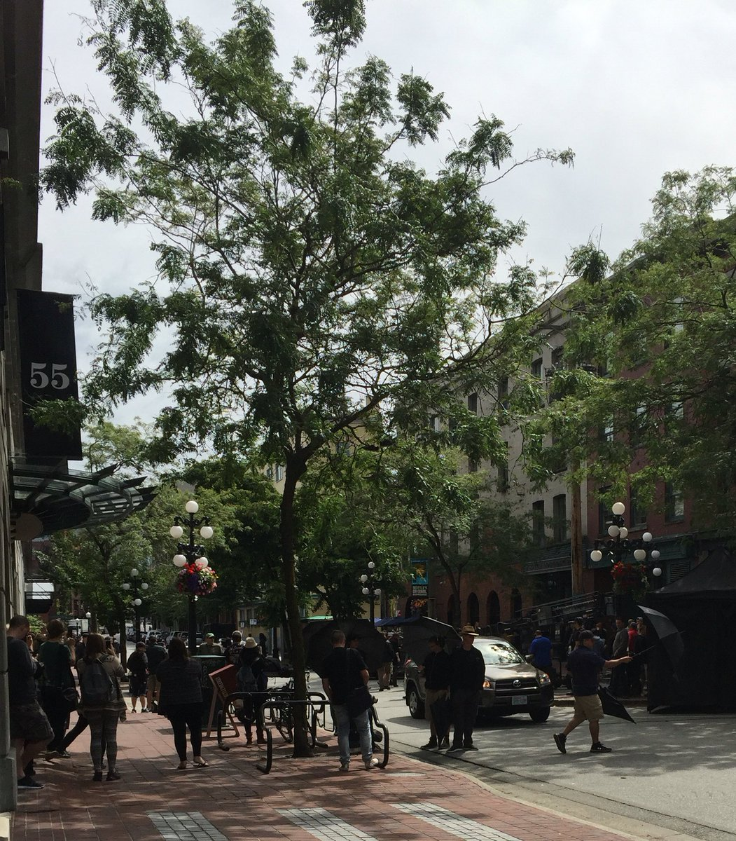 Hole punch clouds AND Jamie Dornan outside my front door. It's a good Monday #50shadesfilming #gastown https://t.co/REDpzp8GCE