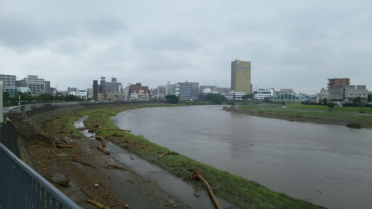 夜中の水かさがどれだけ高かったのかがわかる、今朝の白川。 一気に水量が増えて、一気に引いたのでしょうか… 潮の満ち引きも関係があるのかなあなどと思いつつ河川敷を眺めながら歩いています。 被害に遭われた方に心よりお見舞い申し上げます。 https://t.co/4IILuzuSpu