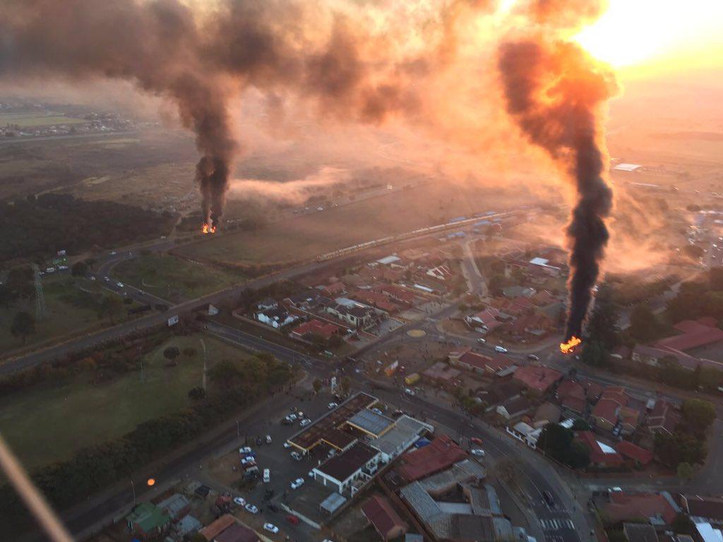The situation in #Atteridgeville this morning. These pics from our EWN chopper & @AkiAnastasiou https://t.co/tVGoimpZfG
