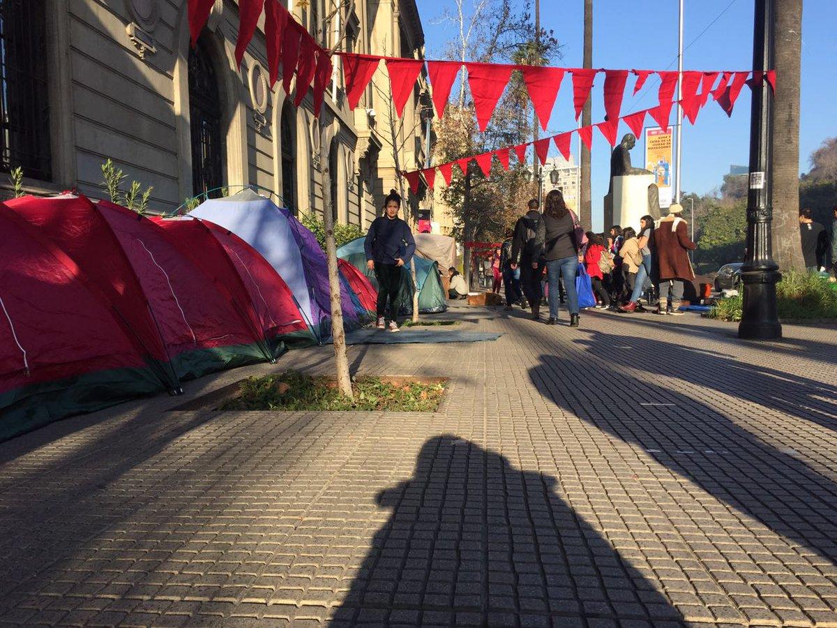 Estudiantes de la UC siguen acampando en casa central por Educación Gratuita y de Calidad para Chile #PetitorioUC https://t.co/oDuod4B8oA