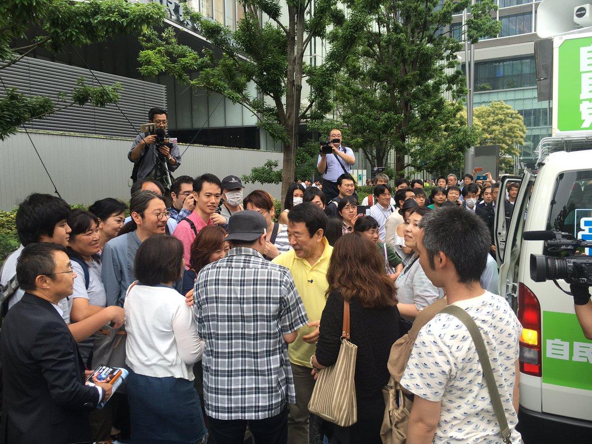 自民党公認参議院比例代表候補の青山繁晴さんの最初の街頭演説が終わり、みんなと握手中。 https://t.co/QuaO30A7lZ