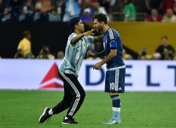 Argentina-USA Video: l'intruso che ha abbracciato Messi, occultato dalla televisione