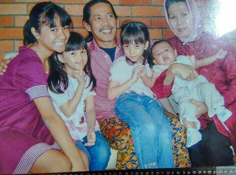 Adhisty Zara atau Zara JKT48 bersama sang kakek, Acil Bimbo.