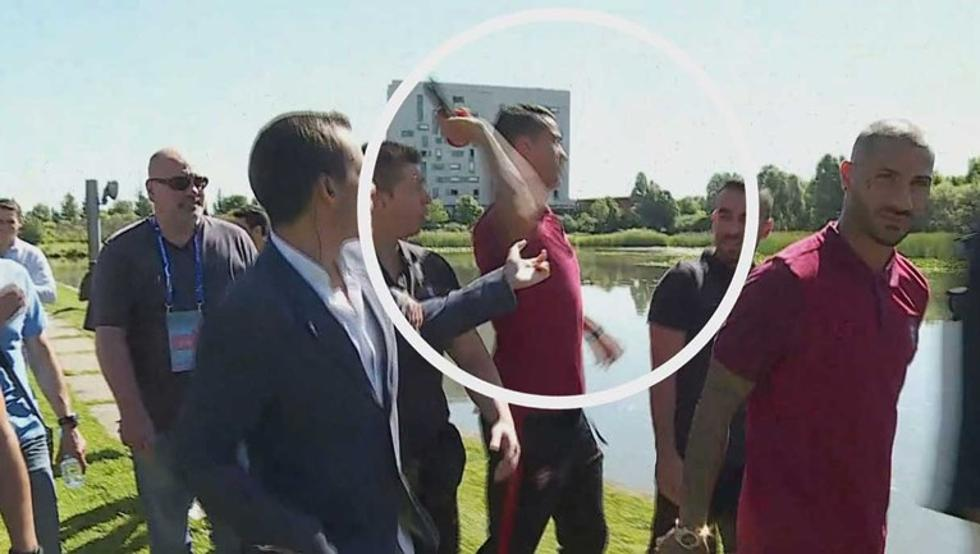 Video Divertenti: Cristiano Ronaldo prende il microfono e lo getta in acqua