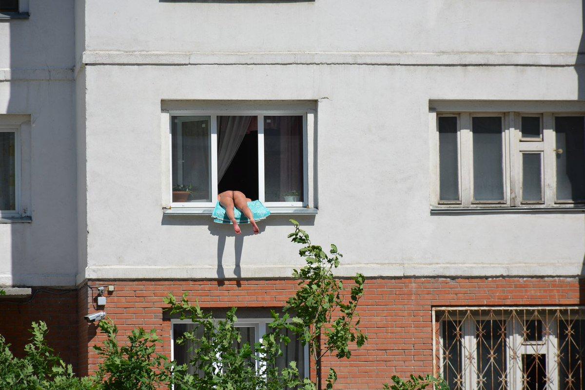 golaya-v-okne-naprotiv