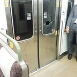 電車に乗っていて、突然に窓ガラスが割れる?こんなの怖すぎるでしょ!