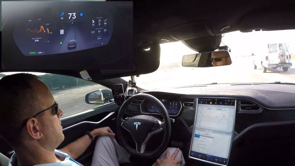 Auto Tesla Model S autonoma, muore viaggiando guardando Harry Potter