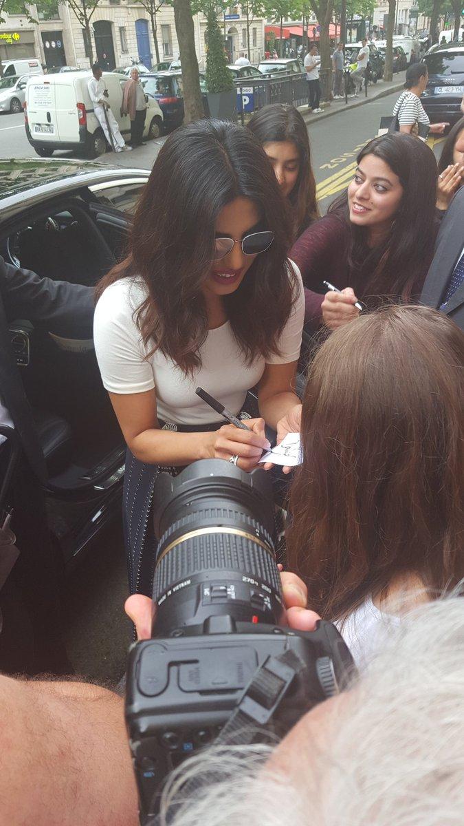 Priyanka chopra with fans at Paris ❤️ https://t.co/E3iWbaifMx