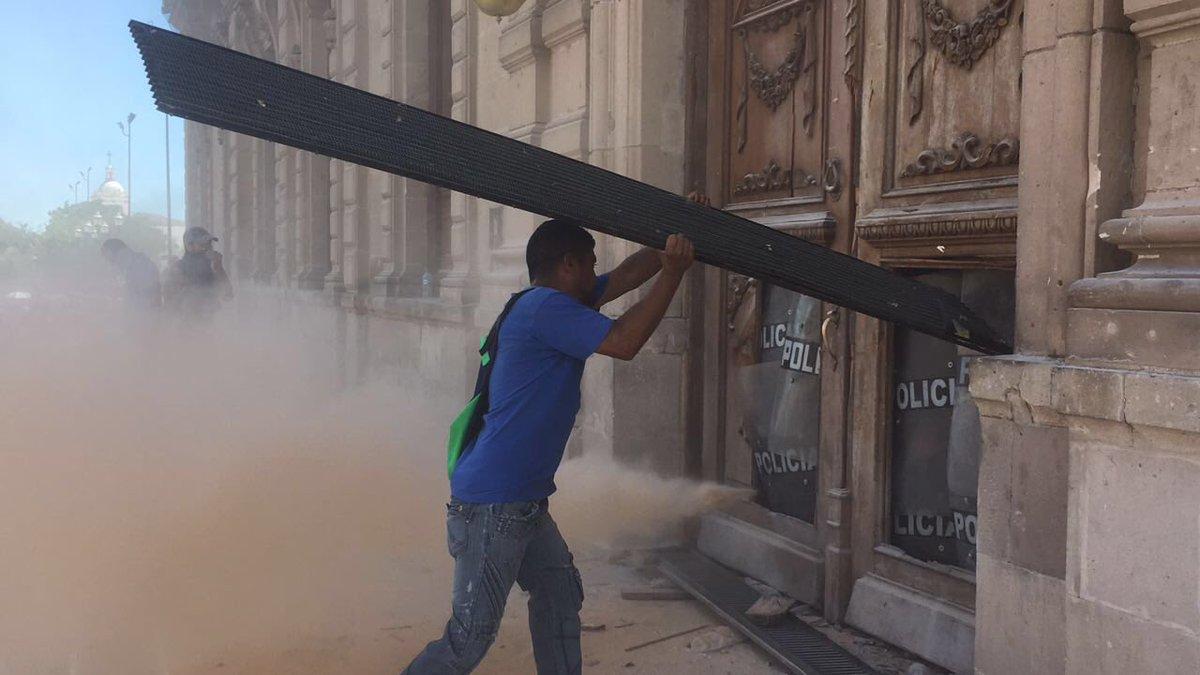 Destruyen puertas y ventanas en el Palacio de Gobierno de Chihuahua. Cientos de personas gritan: ¡Fuera Duarte! https://t.co/83nCLAUrfY