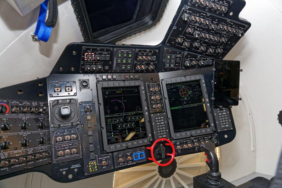 Cockpit Boeing Starliner Cockpit mit sehr vielen Schaltern und Knöpfen